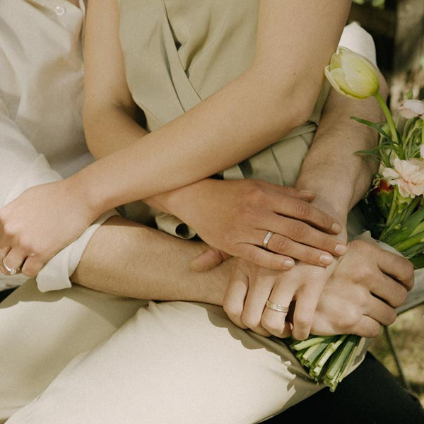 Banner-Ines-Bouwen-people-holding-hands-mobile