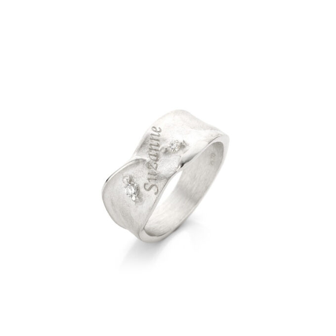 Rhodium gold ring with engraving and diamonds