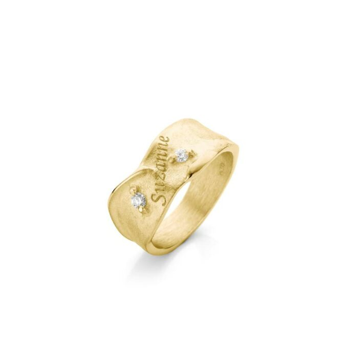 Yellow gold ring with engraving and diamonds