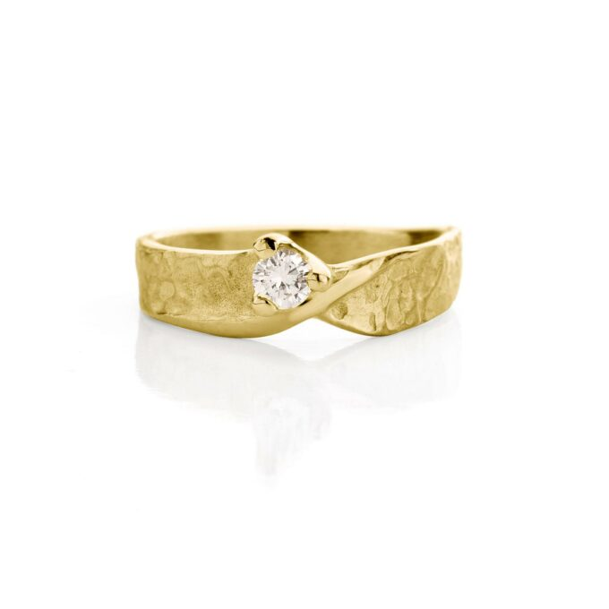 Yellow gold engagement ring with diamond