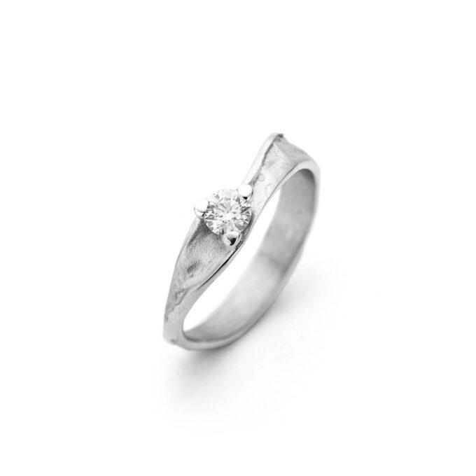 Rhodium gold engagement ring with diamond