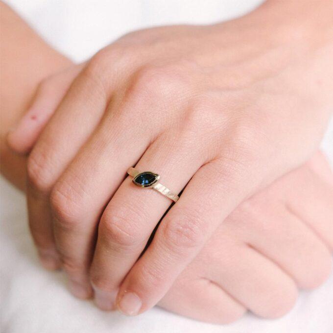 N°261-sapphire_Ines-Bouwen-jewelry_engagement-ring-_web