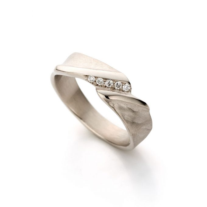 White gold ring with diamonds N° 021