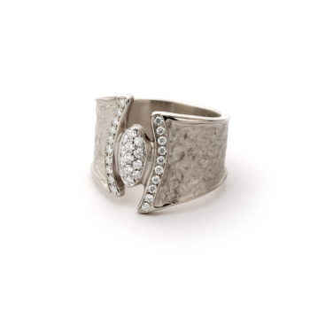 White golden ring with diamonds N110