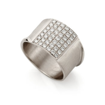 White golden ring with diamonds N224
