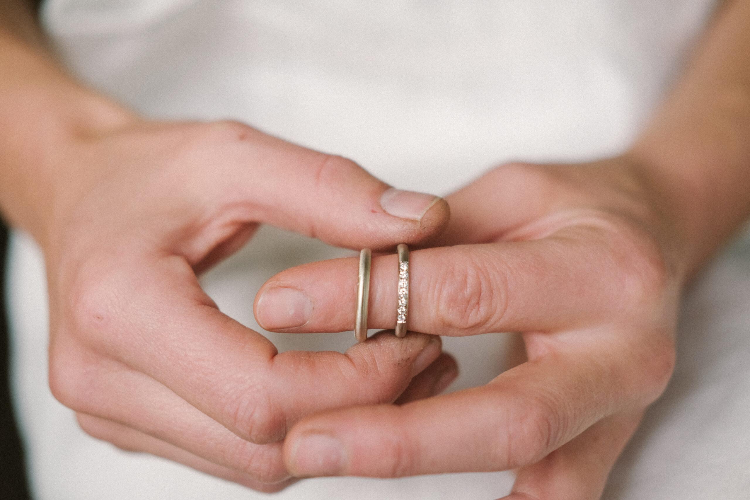 voor en na_trouwring veranderen halve alliance_wit goud matteren_Ines Bouwen jewelry